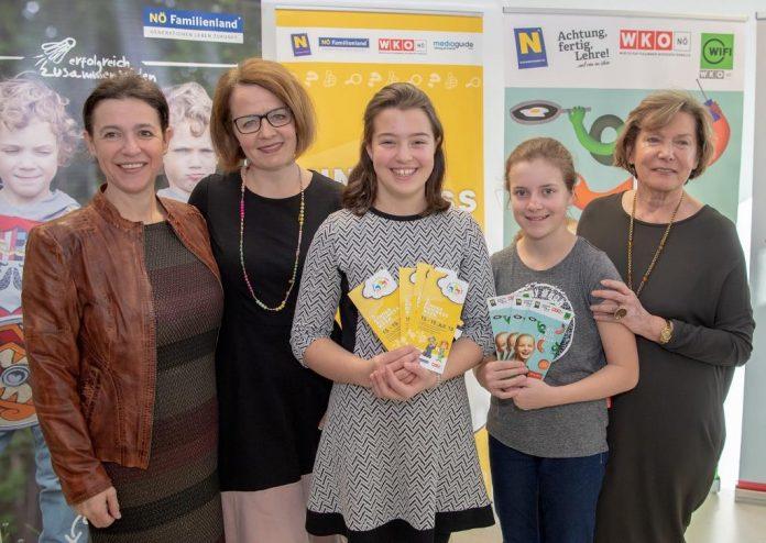 (v.l.n.r.): Geschäftsführerin der NÖ Familienland GmbH Barbara Trettler, Familien-Landesrätin Christiane Teschl-Hofmeister und WKNÖ-Präsidentin Sonja Zwazl mit den Kindern Stella und Pia