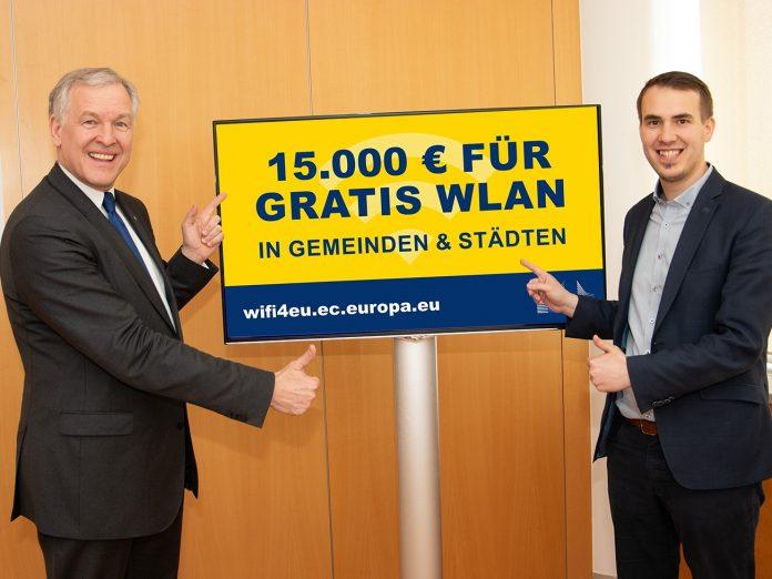 EU-Landesrat Martin Eichtinger und Bürgermeister der Marktgemeinde Kaumberg, Michael Wurmetzberger präsentieren die Förderung für gratis WLAN