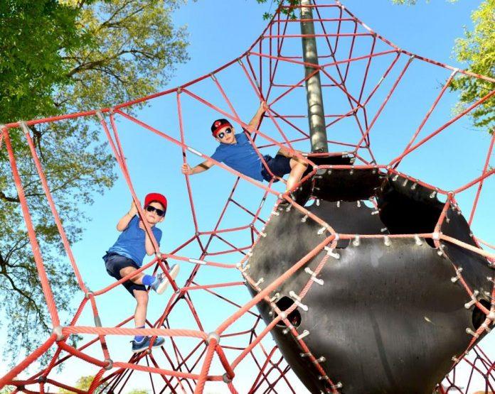 Die Kids können auf dem mit 10.000 Quadratmetern größten Abenteuer- und Naturspielplatz Niederösterreichs auf Entdeckungsreise gehen und sich so richtig austoben