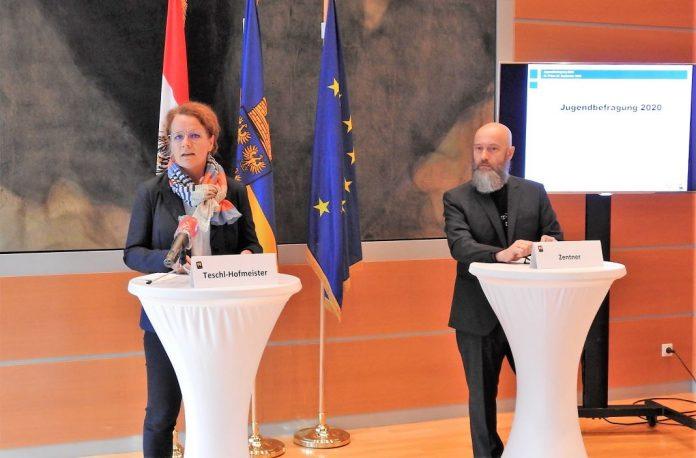 Landesrätin Christiane Teschl-Hofmeister und Jugendforscher Manfred Zentner bei der Pressekonferenz in St. Pölten