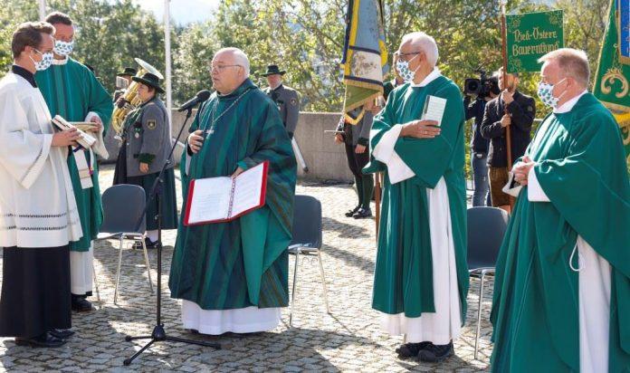 Abt Petrus Pilsinger (3. von links) aus dem Benediktinerstift Seitenstetten zelebrierte das Pontifikalamt zur 74. NÖ Bauernbundwallfahrt