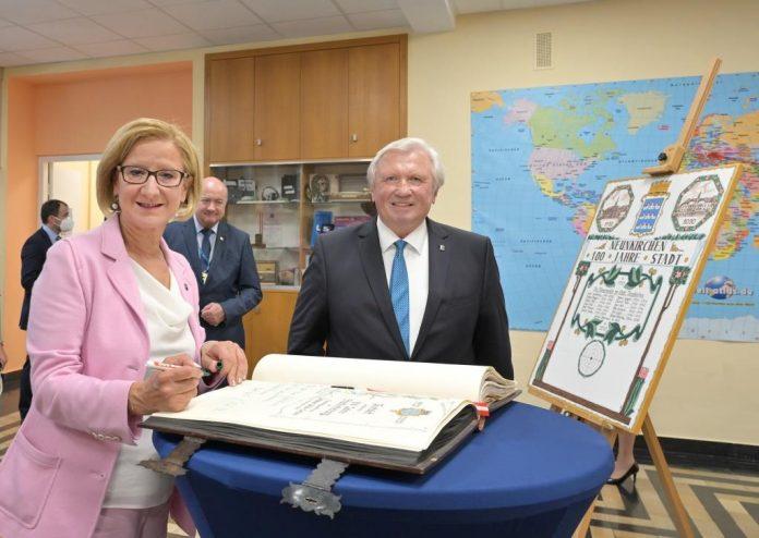 Landeshauptfrau Johanna Mikl-Leitner trug sich in das Gästebuch der Stadt Neunkirchen ein