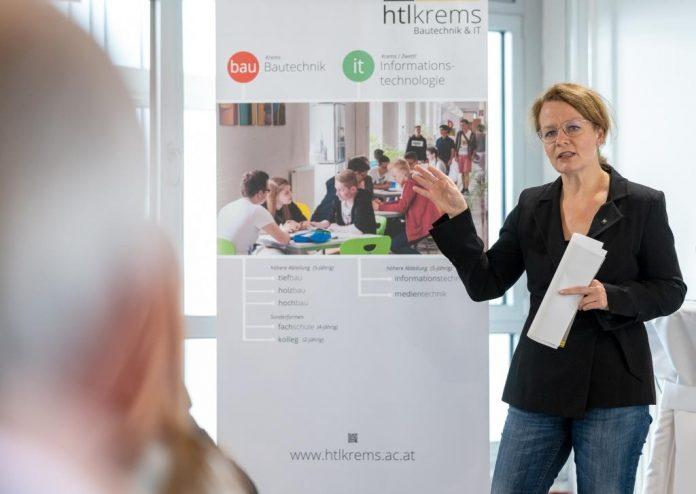 Bildungs-Landesrätin Christiane Teschl-Hofmeister bei der Präsentation des Zubaus der HTL Krems