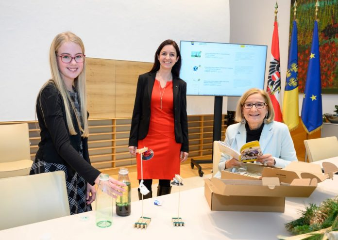 Landeshauptfrau Johanna Mikl-Leitner (r.) lädt Kinder und Jugendliche ein, sich mit der Welt der Wissenschaft zu beschäftigen (Bildquelle: NLK/Burchhart)