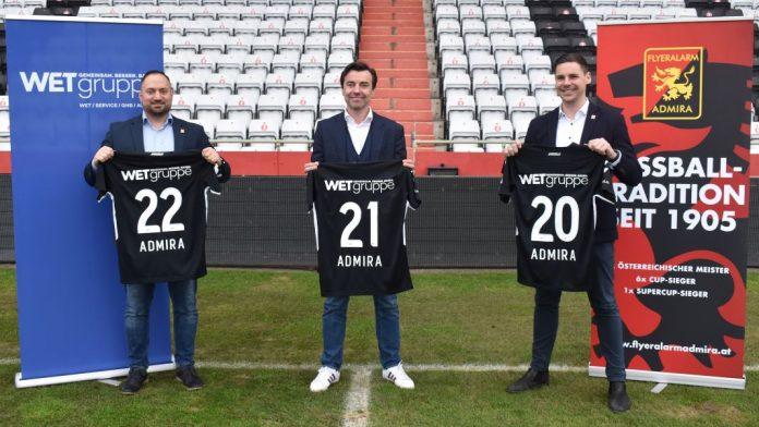 (v.l.n.r.): Patrick Pauli (Direktor Sponsoring & Marketing FC Flyeralarm Admira), Christian Rädler (Vorstandsvorsitzender WETgruppe) und Thomas Drabek (Geschäftsführer FC Flyeralarm Admira) freuen sich über die gelungene Kooperation (Bildquelle: FC Flyerlalarm Admira)