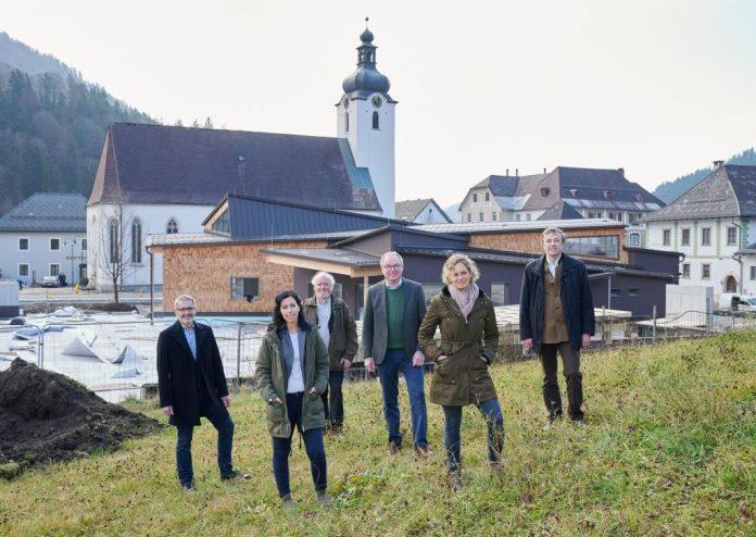 Bürgermeister Josef Schachner (links) und LH-Stellvertreter Stephan Pernkopf mit dem Team vom Haus der Wildnis