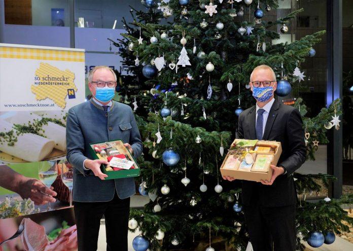 (v.l.n.r.): LH-Stv. Stephan Pernkopf und HYPO NOE Vorstand Wolfgang Viehauser mit den kulinarischen Geschenkboxen (Bildquelle: NLK/Pfeiffer)