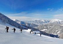 Vorbei an der Schleinhütte auf dem Weg zum Gumpeneck (Steiermark), im Hintergrund das Dachsteinmassiv
