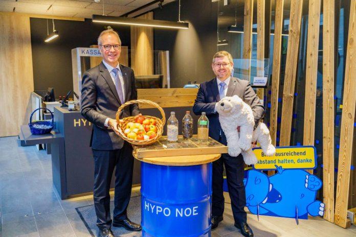 (v.l.n.r.): Vorstand Wolfgang Viehauser und Niederösterreichs Finanzlandesrat Ludwig Schleritzko freuen sich über die neuen, nachhaltigen Finanzprodukte der Hypo NÖ (Bildquelle: HYPO NOE/Bollwein)