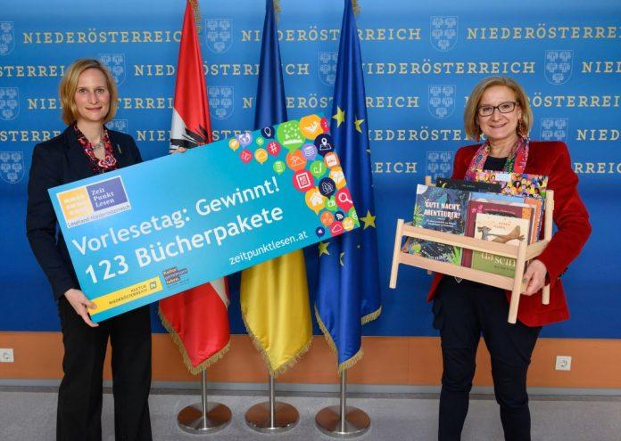"""Landeshauptfrau Johanna Mikl-Leitner und Therese Reinel (Geschäftsführerin BhW Niederösterreich) freuen sich über das tolle Angebot von """"Zeit Punkt Lesen"""" (Bildquelle: NLK/Burchhart)"""