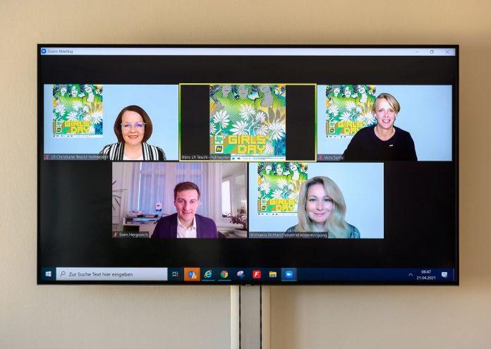 """(v.l.n.r.): Frauen- und Bildungs-Landesrätin Christiane Teschl-Hofmeister, Vera Sares (Vorsitzende Frau in der Wirtschaft), Landesgeschäftsführer Sven Hergovich (AMS NÖ), Geschäftsführerin Michaela Roither (IV NÖ) bei der virtuellen Pressekonferenz """"Girls Day 2021"""" (Bildquelle: NLK/Burchhart)"""