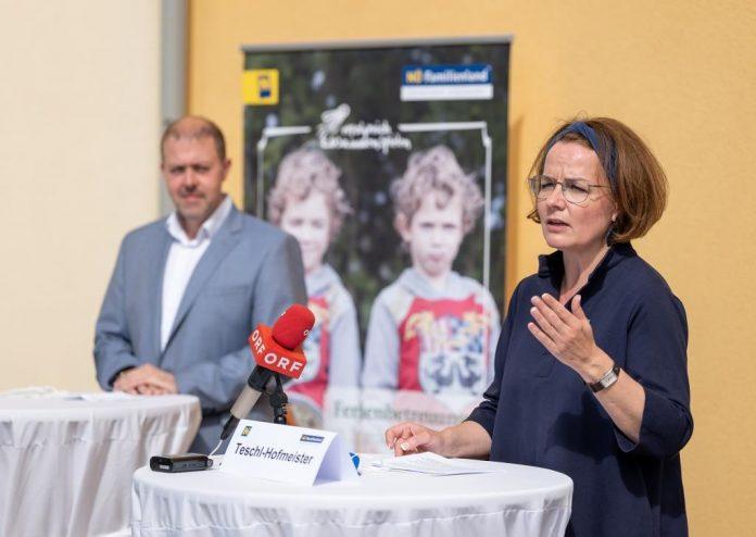 Familien-Landesrätin Christiane Teschl-Hofmeister und der Bürgermeister der Gemeinde Hafnerbach Stefan Gratzl bei der Pressekonferenz
