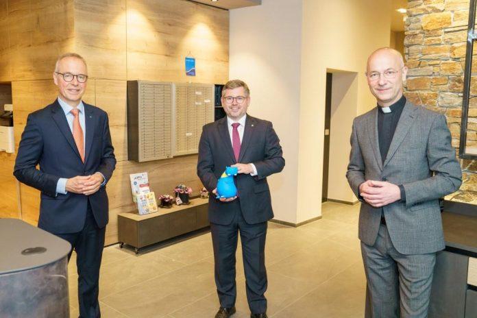 (v.l.n.r.): HYPO NOE Vorstand Wolfgang Viehauser, Landesrat Ludwig Schleritzko und Dompfarrer Toni Faber
