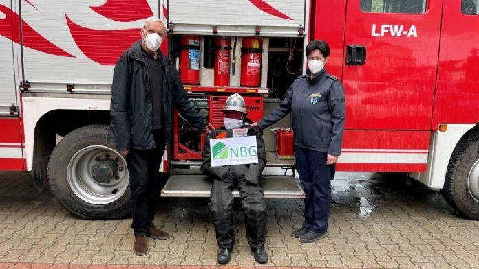 (v.l.n.r.): Dir. Walter Mayr (NBG) und Elisabeth Jandrisevits mit dem lebensgroßen Übungsdummy (Bildquelle: Freiwillige Feuerwehr Obersiebenbrunn)