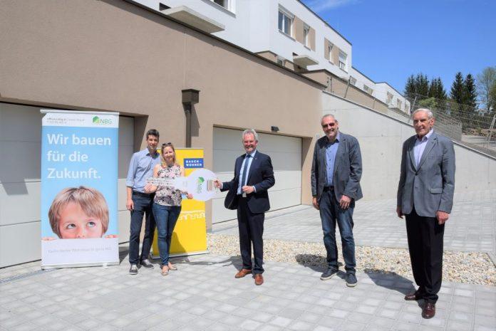 (v.l.n.r.): Familie Lohninger, LT-Präsident Karl Wilfing, Bürgermeister Josef Denk und Dir. Walter Mayr bei der Schlüsselübergabe (Bildquelle: NBG)