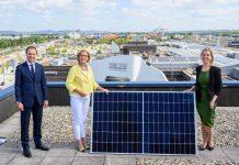 (v.l.n.r.): Direktor Paul Douay (SCS), Landeshauptfrau Johanna Mikl-Leitner und Bundesministerin Leonore Gewessler eröffnen Europas größte Photovoltaikanlage am Dach der SCS in Vösendorf (Bildquelle: NLK/Burchhart)