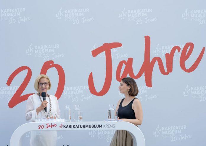 20 Jahre Karikaturmuseum Krems: Landeshauptfrau Johanna Mikl-Leitner im Gespräch mit Moderatorin Lydia Prenner-Kasper (Bildquelle: NLK/Filzwieser)