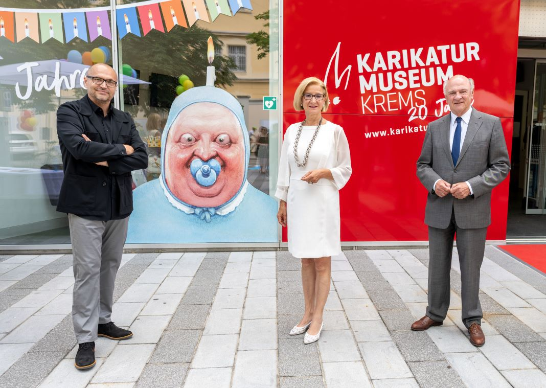 (v.l.n.r.): Gottfried Gusenbauer, künstlerische Direktor des Karikaturmuseums Krems, Landeshauptfrau Johanna Mikl-Leitner und Landeshauptmann a. D. Erwin Pröll <small> (Bildquelle: NLK/Filzwieser) </small>