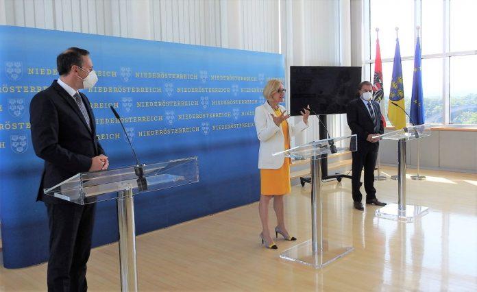 (v.l.n.r.): Landesrat Jochen Danninger, Landeshauptfrau Johanna Mikl-Leitner und WKNÖ-Präsident Wolfgang Ecker bei der Pressekonferenz in St. Pölten (Bildquelle: Thomas Resch)