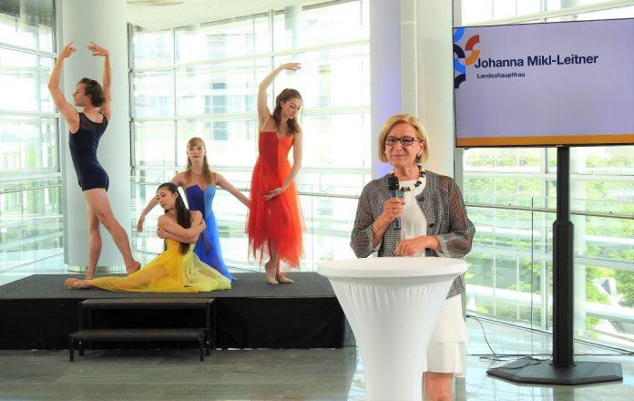 """Landeshauptfrau Johanna Mikl-Leitner präsentiert den """"Kultursommer Niederösterreich"""" im Hintergrund ein Ensemble des Europaballetts St. Pölten (Bildquelle: Thomas Resch)"""
