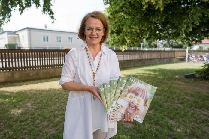 """Familien-Landesrätin Christiane Teschl-Hofmeister freut sich über die neue Ausgabe der """"Familienzeit"""" (Bildquelle: Julia Pfeiffer)"""