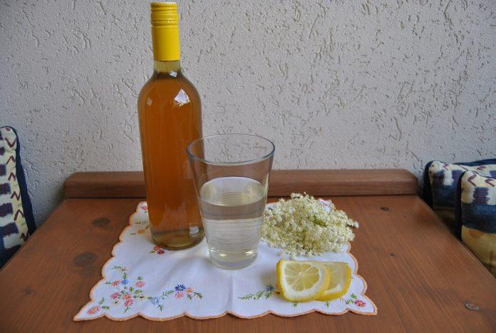 Nutzen Sie jetzt die Erntezeit und füllen den Hollersirup einfach in Flaschen ab (Bildquelle: Thomas Resch)