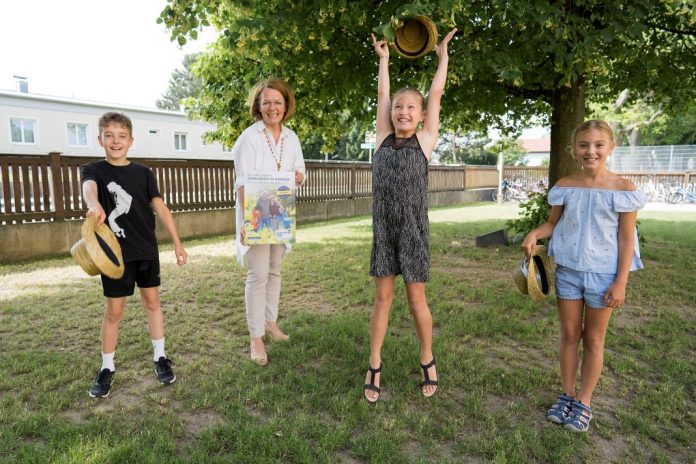 Familien-Landesrätin Christiane Teschl-Hofmeister freut sich mit Jonas, Valentina und Luisa über das NÖ Familienpass-Sommererlebnis (Bildquelle: Julia Pfeiffer)