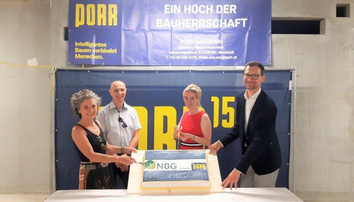 (v.l.n.r.): Architektin Martina Podivin, Dieter Haderer (Fa. Porr), Vbgm. Michaela Haidvogel und Dir. Manuel Resetarics (NBG) bei der Gleichenfeier in Maria Enzersdorf (Bildquelle: NBG)