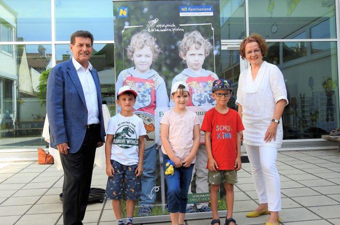 Bürgermeister Harald Leopold und Familien-Landesrätin Christiane Teschl-Hofmeister freuen sich gemeinsam mit den Kindern Maximilian, Paula und Sebastian auf die Sommerferien (Bildquelle: Thomas Resch)