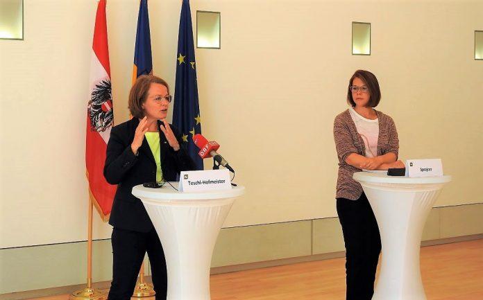 (v.l.n.r.): Sozial-Landesrätin Christiane Teschl-Hofmeister und Selma Sprajcer vom NPO Kompetenzzentrum der Wirtschaftsuniversität Wien bei der Pressekonferenz (Bildquelle: Thomas Resch)