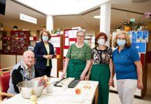 Sozial-Landesrätin Christiane Teschl-Hofmeister (hinten links) mit ehrenamtlichen Mitarbeiterinnen und einem Bewohner des Pflege- und Betreuungszentrums Ybbs (Bildquelle: NLK/Pfeiffer)
