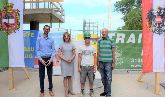 (v.l.n.r.): Dir. Manuel Resetarics (NBG), Bürgermeisterin Andrea Völkl, Lukas Hinterhuber und Dir. Walter Mayr (NBG) bei der Gleichenfeier in Stockerau (Bildquelle: NBG)