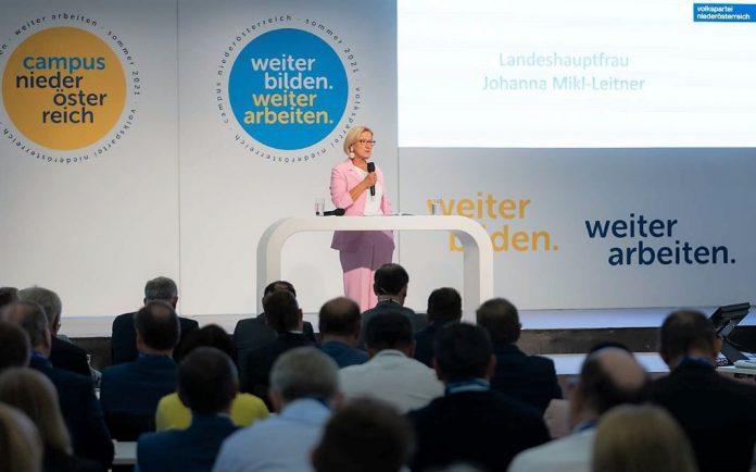"""Landeshauptfrau Johanna Mikl-Leitner bei ihrer Rede zum dreitägigen Campus Niederösterreich: """"Für uns zählt nur, ob eine Idee eine blau-gelbe ist und unser Land weiterbringt"""