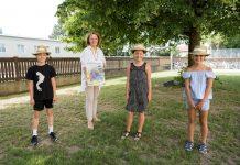 Familien-Landesrätin Christiane Teschl-Hofmeister, Jonas, Valentina und Luisa sind von den Angeboten des NÖ Familienpasses begeistert (Bildquelle: Julia Pfeiffer)
