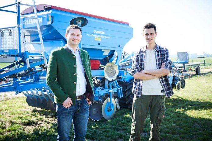 (v.l.n.r.): NÖ Bauernbunddirektor Paul Nemecek und Bernhard Buchleitner zeigen die wichtige Rolle der Junglandwirte in Niederösterreich auf
