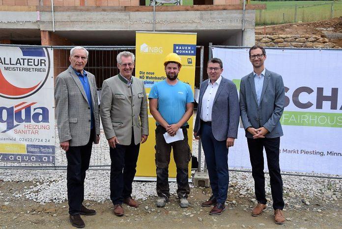 (v.l.n.r.): Dir. Walter Mayr (NBG), BR Martin Preineder, Dominik Blazevic, Vizebürgermeister Karl Kager und Dir. Manuel Resetarics (NBG) bei der Gleichenfeier in Kirchschlag (Bildquelle: NBG)