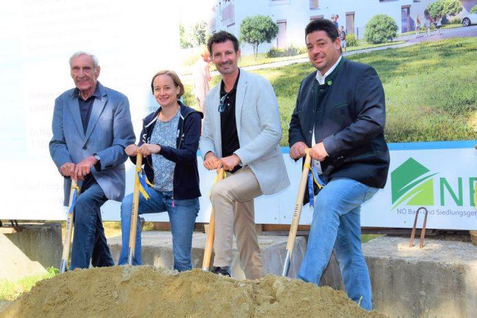 (v.l.n.r.): Dir. Walter Mayr (NBG), Andrea Schwab, LAbg. René Lobner und Bürgermeister Markus Lang beim Spatenstich in Weiden an der March-Baumgarten (Bildquelle: NBG)