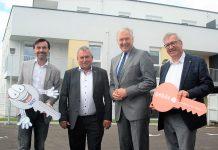 (v.l.n.r.): Christian Rädler (Geschäftsführer WETgruppe), Bürgermeister Bernhard Karnthaler, Landesrat Martin Eichtinger und Helmut Laab (Obmann-Stv. Gebös) bei der Schlüsselübergabe in Lanzenkirchen (Bildquelle: zVg.)