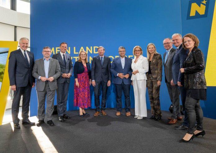Die prominenten Gäste des Abends, Sigmar Gabriel und Nina Ruge, mit den Mitgliedern der NÖ Landesregierung