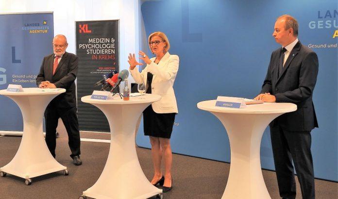 (v.l.n.r.): Rudolf Mallinger (Rektor der Karl Landsteiner Privatuniversität), Landeshauptfrau Johanna Mikl-Leitner und Vorstand der NÖ Landesgesundheitsagentur Konrad Kogler bei der Pressekonferenz (Bildquelle: Thomas Resch)