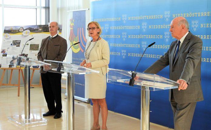 (v.l.n.r.): Bürgermeister Martin Bruckner, Landeshauptfrau Johanna Mikl-Leitner und Landeshauptmann a. D. Erwin Pröll bei der Pressekonferenz in St. Pölten (Bildquelle: Thomas Resch)