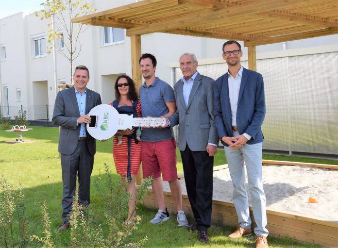Landtagsabgeordneter Christoph Kaufmann, Dir. Walter Mayr und Dir. Manuel Resetarics (NBG) mit einer glücklichen Familie bei der Schlüsselübergabe in Langenlebarn (Bildquelle: NBG)