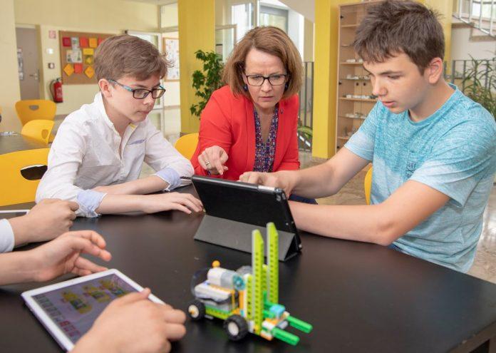 Bildungs-Landesrätin Christiane Teschl-Hofmeister macht sich ein Bild vom Einsatz der Tablets in den NÖ Schulen (Bildquelle: NLK/Filzwieser)